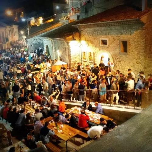 Borgo di Via Bacco durante la festa di Baccanalia